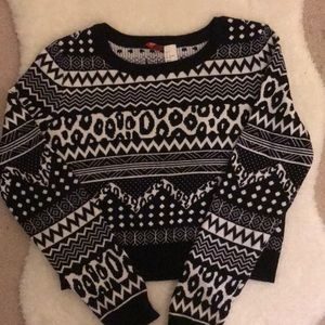 3/35 H&M Black and White Patterned Cropped Sweater